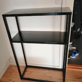 Sort konsolbord fra Søstrene Grene sort med hylde. 25x60x90 cm, som nyt
