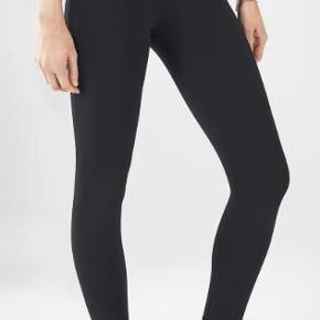 Brand: Fabletics Varetype: -=NYE=- High-Waisted Solid PowerHold® 7/8 Capri Størrelse: XL Farve: Sort Oprindelig købspris: 519 kr.  Not quite a legging, not quite a capri, our 7/8 length is the perfect silhouette for those who fall in between. Its high-rise waist with a power mesh lining streamlines your shape while sweat-wicking fabric keeps you fresh along the way.  Features All-way Stretch Chafe-Resistant Hidden Pockets Moisture-Wicking UPF Protection