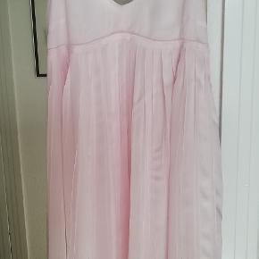 Bytter ikke! Mp. kr. 350,- Plus pakkeporto kr. 38,- uden omdeling, forsikret. købspris: 1299 kr. Kjolen  har aldrig været i brug, eller gået med, blot hængt i mit skab. Smuk kjole som kan bruges til meget, sommer/festkjole mm. Kjolen har regulerbare stropper. Kjolen har for. Farve: Lyserød Størrelsesguide str. 38: Bryst mål  92 cm Talje mål 74 cm Hofte mål 100 cm Skørtes længde fra under brystet  og ned er 72 cm, i alt fra skulder og ned måler kjolen 98 cm. Skørtet eller nedre kjole omfang er i alt 250 cm. Smuk vidde. 100% polyester. Kjolen fremstår som ny, har aldrig været gået med, blot hængt i mit skab. Kommer fra et ikke ryger hjem