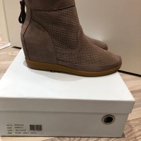 Emmy s støvler med kilehæl  Aldrig brugt Normale i str.  gaven hedder taupe