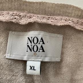 Lækker og let beige cardigan fra Noa Noa str. XL. Cardiganen fremstår meget flot, kun brugt et par gange kort. Længde 60 cm og brystomkreds 112 cm. Fra ikke ryger hjem.