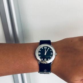 Sælger mit Marc By Marc Jacobs ur i modellen Amy, som er udgået i sølv. Brugt få gange og har ubetydelige ridser. Np. 1999,-