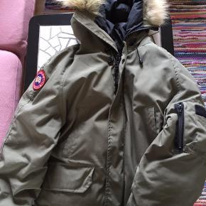 Lækker og varm Canada goose jakke, mande str men kan bruges som oversize til piger :) str small