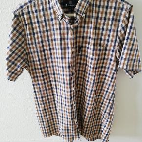Super lækker og casual skjorte fra aquascutum sælges. Den er i super stand og uden tegn på slid eller lign.