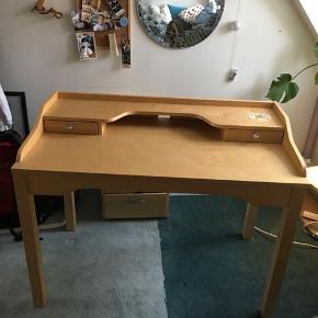 Fint robust, men brugt IKEA skrivebord, med klistermærke (der nok godt kan fjernes) Kom gerne med et bud Afhentes i Kalundborg   Mål: Dybde: 59,5 cm Længde:110 cm Højde: på det højeste: 85 cm Lavest (foran): 74 cm