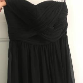 Flot By Malina stopløs, gulvlang kjole i sort i størrelse M med flotte detaljer. Brugt en enkelt aften og fremstår i fin stand. :-)