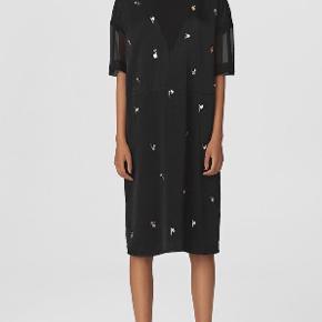 """""""Denga"""" satin kjole med pailletter fra By Malene Birger. Har mesh detalje på ærmer og i halsen. Aldrig brugt, fejler altså intet.  Nypris 3499 Kom gerne med bud!"""