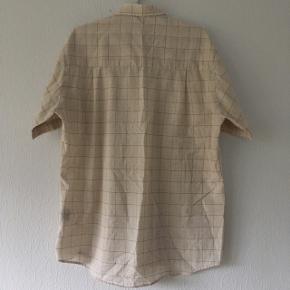Ternet kortærmet skjorte, det står ikke størrelse men vil gætte på str. 40/L til 42/XL