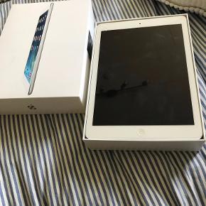 iPad Air - 16 GB Virker perfekt, i fin stand, dog med en flænge øverst + i venstre hjørne. Cover medfølger.   Skal afhentes.