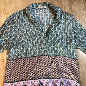 SMUK skjorte, i et blødt og lækkert materiale. Smukke detaljer og mønster.  Aldrig brugt.  En del af et sæt.  Str. siger Small, men synes nu mere det er str. XS
