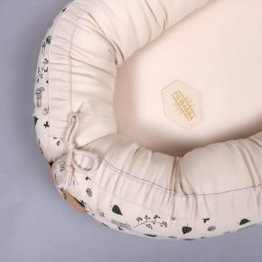 Hel ny babynest fra Filibaba. Aldrig brugt, og er derfor stadig i pose.  Nypris: 699,95,-   Nesten er fremstillet af 100 % økologisk bomuld. I bunden af nesten er der et spænde der kan pilles af, når barnet bliver for langt til at have den lukket. På den måde kan man bruge den i længere tid. Den kan bruges fra nyfødt til 12 måneder. Madrassen som er lavet af skum og vat og spændet kan pilles ud, så betrækket kan vaskes på 30° skånevask. Reden har indre mål på 65 * 25 cm.  Og ydre mål på 85* 50 cm. Madrassens tykkelse er 4 cm.   Kan hentes i Skive, Viborg, Aarhus og Nykøbing Mors