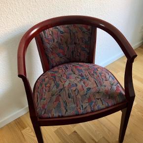 Fin stol i mørkt træ og stof på sæde og ryg.  Fra gulv til underkanten af træet på stolens sæde er der 39,5 cm. og siddehøjden er 46 cm.