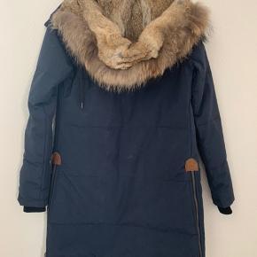Dejlig varm vinterjakke fra minimum, næsten ikke brugt! Byd