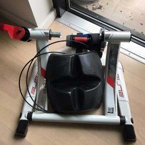 Hometrainer til racercykel inkl. dæk der kan bruges på hometraineren og cykelholder. Brugt få gange. Fejler intet. Sælges pga. flytning.