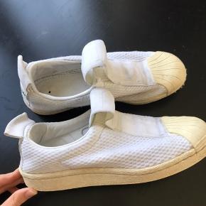 Sælger brugte Slip On Adidas sneakers. Str. 37 1/3, små i størrelsen. Np: 350kr, SÆLGER MEGET BILLIGT!