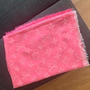 Sælger dette super fine pink LV tørklæde.  145X190.  Aldrig brugt - fremstår som nyt.