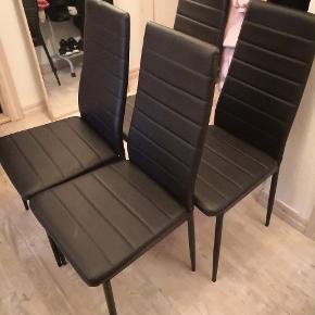 Sælges da vi har købt nye.Købt i JYSK for snart 4 år siden  En skrue mangler på en stol, men påvirker ikke brugen