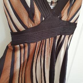 Festlig satin kjole, falder flot. Længde 100cm.
