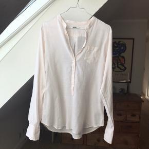 Super fin skjorte i 100% bomuld. Lyserød og hvide striber.