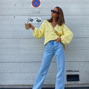 Sælger denne udsolgte gule cardigan fra zara. Den er kun brugt en gang 🌼🌻🌞 Kan afhentes på Østerbro eller sendes med DAO