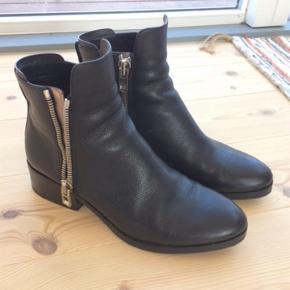 Lækre Ankelstøvler fra Phillip Lim Superfin - brugt få gange.  Stand tæt på næsten som ny.