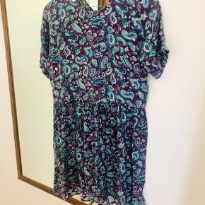 Flot kjole med lynlås på ryggen Er desværre for lille til mig Kom gerne med et bud og tjek mine andre annoncer
