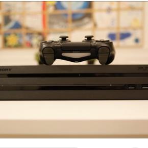 Brugt PS 4 Pro, kun brugt enkelte gange. FIFA 18, gta V og battlefield 1 følger med. 2 konsoller medfølger + headset ingen brugsspor.