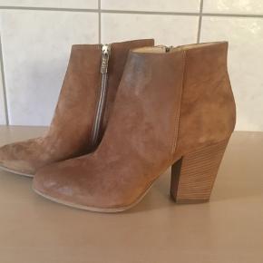 ** Super flotte korte støvler fra Apair, brugt indendøre et par timer.  Skøn kraftig hæl på 9 cm Købspris 1599,-