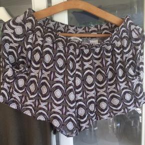 Shortssæt - her får du viskoseshorts fra H&M med let stræk og lommer i mønster, der matcher perfekt til t-shirt fra Only i mørk khaki. Shorts næsten som ny, t-shirt god, men brugt. T-shirt består af 75% viskose, 20% polyester og 5% elastan.