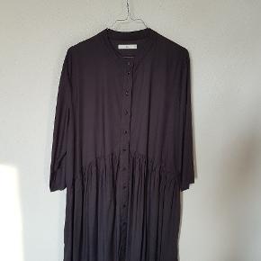 Skjortekjole, mat sort. 3/4 ærmer. M/L. Købt i Only, mærket er Pigalle. Aldrig brugt.