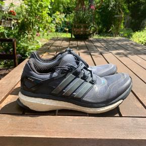 Adidas boost model. Flot og behagelig sko. Næsten ikke brugt.