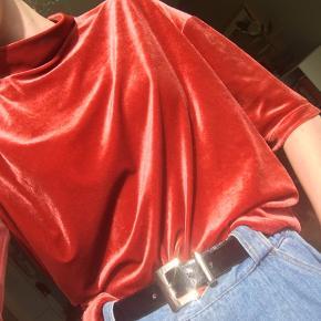 Flot rød velour top med høj hals