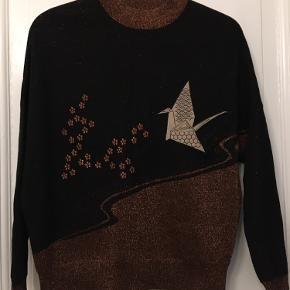 Japansk inspireret striktrøje bluse fra & Other Stories str xs uld med 20% polyester og metalliserede fibre. Længde 65cm. Pæn stand. 100kr Kan hentes kbh v eller sendes for 40kr dao