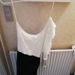 Flot kjole, flæserne sidder i venstre side. Aldrig brugt da den er for stor til mig. Der er et sort bånd som danner en sløjfe bagpå.