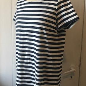 Lækker stribet kjole. Hvid og blå.