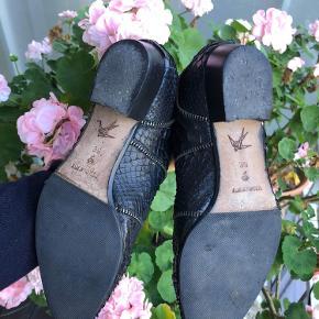 Helt nye, ægte slangeskindsstøvler fra Apair. Sælges for en veninde da hun ikke får dem brugt. Nypris var 3599kr. Certifikat for pytonskind haves, og der medfølger også kvittering og sko-æske! ❤️ byd