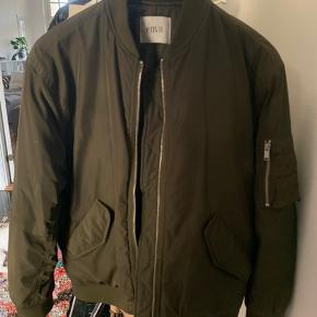 Army grøn jakke fra Envii Den har et par få meget utydelige 'fedt' pletter, som man slet ikke lægger mærke til.  Er højst blevet brugt 6-7 gange!!
