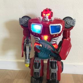 Sej Transformers robot 40cm høj.  Kan tale, gå og lyse. Laver skydelyde alt efter hvilken knap der trykkes på. Fået i julegave - kun stået til pynt på værelset. Nypris 495kr  Mp 120kr inkl. Batteri