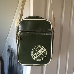Crossbody taske med justerbar strop. Måler ca. 24x18x5 cm  Fragt kommer oveni