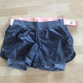 Super flotte shorts fra Kari traa  De er nye med tags og aldrig brugt De sælges kun da jeg har tabt mig rigtig meget så de passer mig desværre ikke 😢øv øv de er ellers så skønne til sommeren 😎😎😎