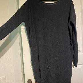 Jeg sælger den kjole, da jeg simpelthen ikke får den brugt. Den er i en størrelse M fra Moss Copenhagen. Den har nogle rigtig fine mønstre, og vil passe til en str. M, eller en størrelse S, hvor den er lidt oversize   Sælges billigt, og kan enten sendes eller hentes i Odense omegn