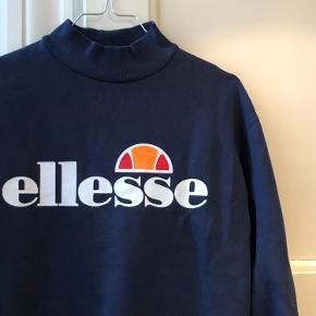 Sejeste højhalsede sweatshirt fra Ellesse💙 Str: passer XS/S Skriv for flere billeder eller spørgsmål💖