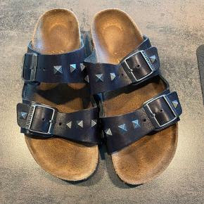 Special edition birkenstock i lædder og med nitter. Sandalerne fejler intet!