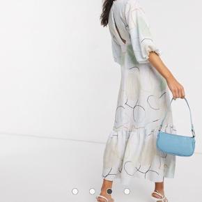 Rigtigt fin kjole til fint forbrug Købt i 40 men er ligesom en 38