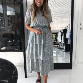 Lang kjole fra BYIC str S, kjolen er stadig med mærke (printet er små blå/grønne blomster) 🌸