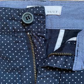 Suit shorts i mørkeblå med hvide prikker. Er str. US 32 hvilket svarer til ca EU 46. Fin stand. Sparsomt brugt. Kan sendes for købers regning. 7/10
