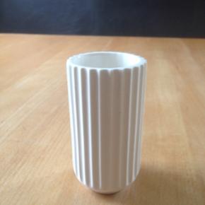 Gammel lyngby vase 10cm med en krakelering dette har dog ingen betydning da den fint kan holde   vand. Mp 250kr afhentes 6752 Glejbjerg