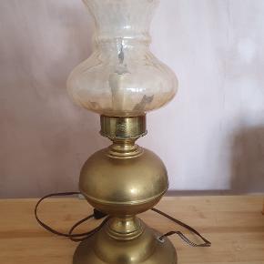 Gammel bordlampe, der skal have skiftet ledning el for at virke - derfor prisen. 37 cm høj