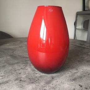 Flot rød vase i mundblæst glas - Holmegaard Cocoon.