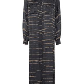 Super Cool og helt ny kjole fra Rabens Saloner. Har fået den lagt ca. 20 cm . op da den var gulv lang :o)   Nyprisen er 2300 og denne sælges for 1200 pp :o)